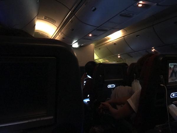 成田からホノルルの機内で就寝