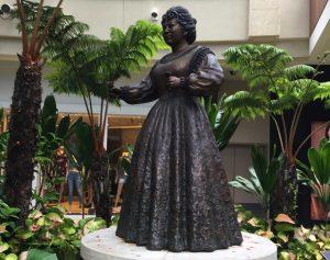 インターナショナルプレイス カメハメハ4世とアルバート王子の銅像 エマ女王の銅像