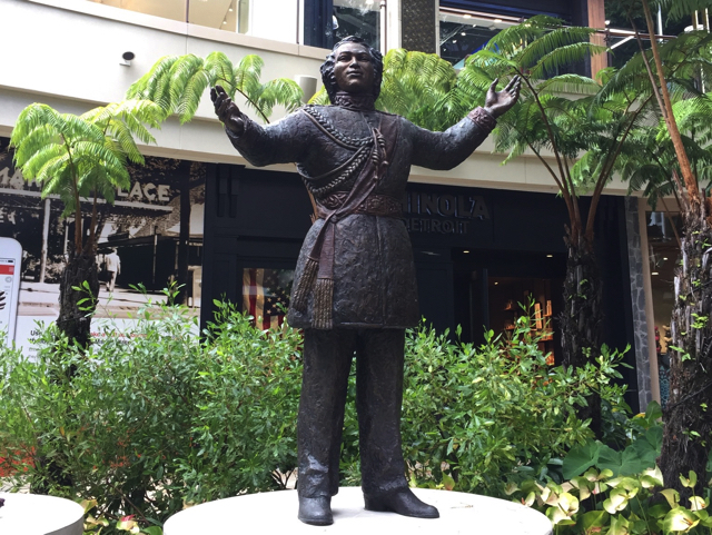 インターナショナルプレイス カメハメハ4世とアルバート王子の銅像